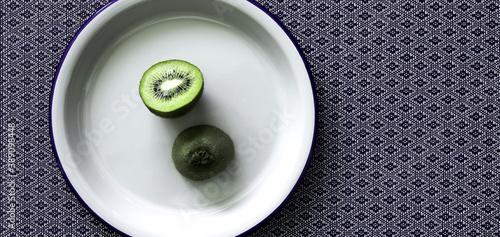 Fototapeta owoc kiwi na białym talerzu obraz