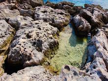 Formación Rocosa En El Caribe Mexicano, Punta Morena En La Isla De Cozumel, Quintana Roo México Donde Se Puede Disfrutar De Aguas Cristalinas, Arena Blanca Y Suave Y Una Vista Increíble.