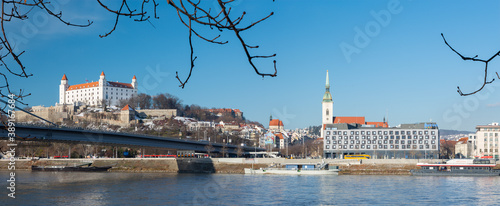 BRATISLAVA, SLOVAKIA, DECEMBER - 1, 2017:  The riverside in winter with the castle and cathedral in the background Fototapet
