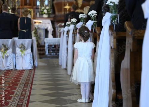 Fototapeta Dziewczynka w kościele obraz