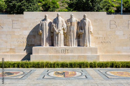 Foto Front view of the four statues at the center of the Reformation Wall in the Parc des Bastions in Geneva, Switzerland, representing John Calvin and the Calvinism's main proponents, on a sunny day