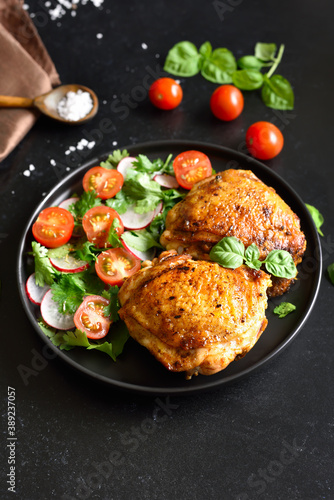 Obraz Fried chicken thighs with vegetables - fototapety do salonu