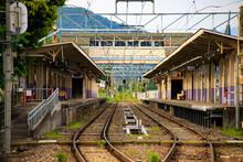 地方の無人の駅舎