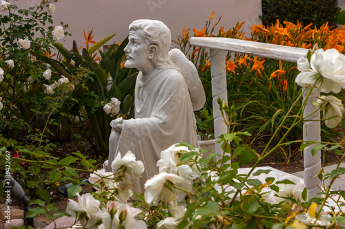 Statue of a believer in the old Park of the Catholic Church in San Diego,California Slika na platnu