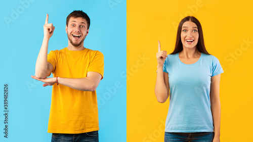Excited couple having great idea and pointing up Fototapet
