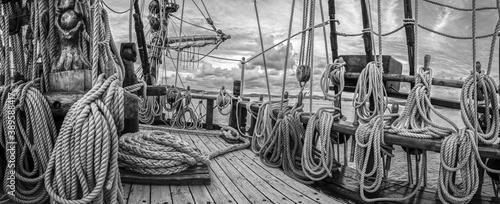 goleta o barco de vela lleno de cabos y cuerdas a bordo Tableau sur Toile