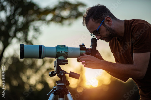 Photo Amateur astronomer looking at the sky with a telescope.
