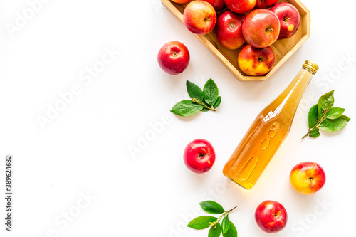 Cuadros en Lienzo Top view of apple cider or vinegar - bottle with ripe fruits and leaves
