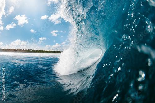 Leinwand Poster ola rompiendo frente una playa tropical