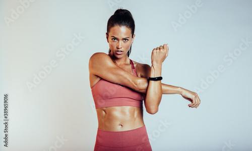 Papel de parede Woman doing fitness exercise