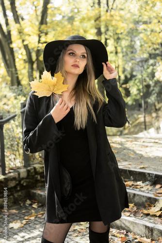 Obraz sesja w parku piękna modelka brunetka jesień seksowna kobieta dziewczyna - fototapety do salonu