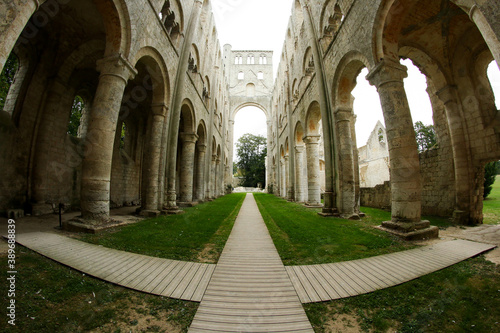 Foto The remains of the cloister in Jumiéges (Abbaye de Jumiéges) in Normandy in France