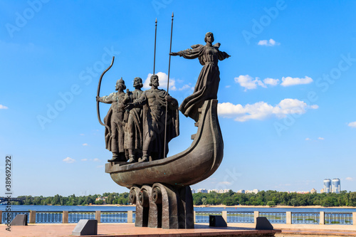 Fotografia Monument to founders of Kiev on the embankment of the Dnieper river in Kyiv, Ukr