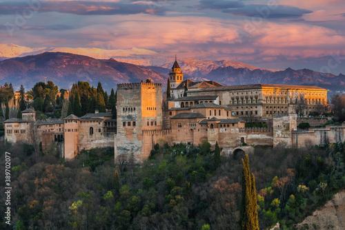 Foto Alhambra Arabic Palace in Granada,Spain Illuminated at Twilight