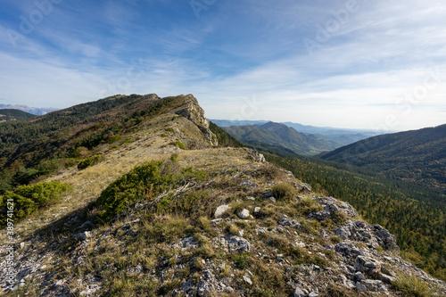 Tela Sur les crêtes d'une montagne dans les alpes du sud