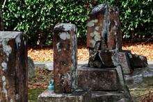 老朽化した墓石