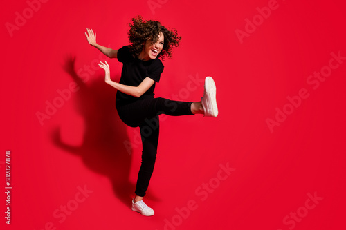 Photo Photo portrait full body view of crazy rebel girl kicking raising leg isolated o