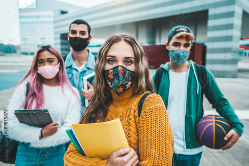 Fotografia Portrait of a group of students covered by face masks