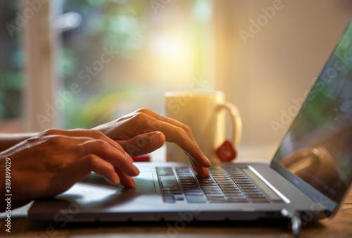 personne qui télé-travaille sur son ordinateur portable à cause du covid Canvas Print
