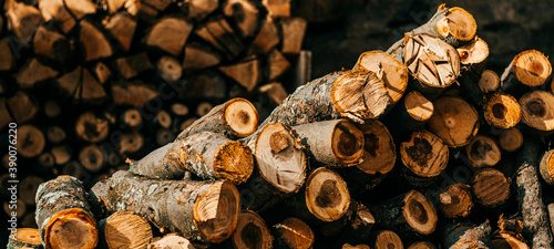 Foto pile of firewood background, close up and landscape photo
