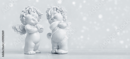 Two adorable toy cherub baby angels on a snowy Christmas Day Fototapete