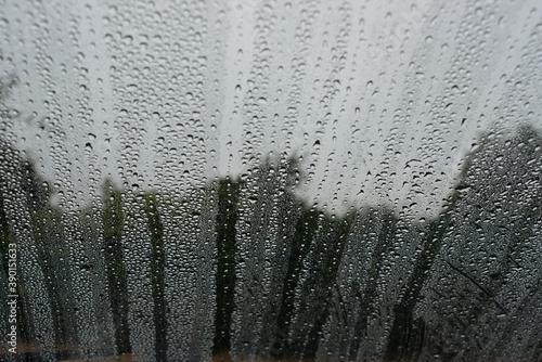 Платно Gouttes de pluie sur une vitre de voiture pendant une averse