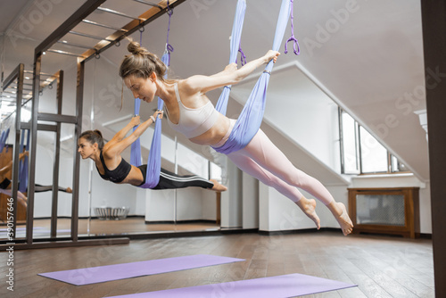 Photo Women practising aero gymnastics indoors