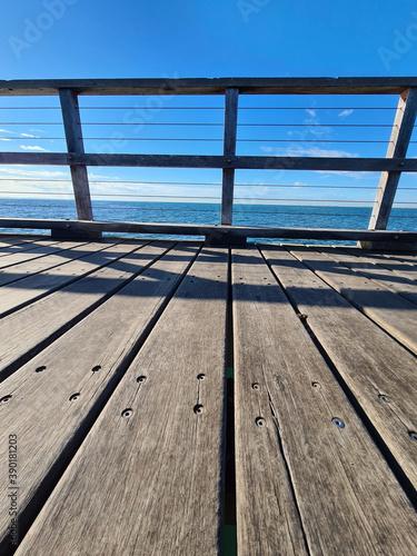 Fotografia Vertical shot of a wooden bridge built over a sea