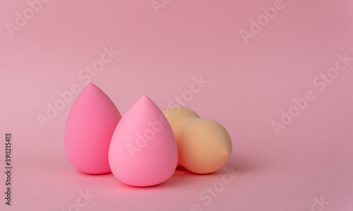 Foto Sponges for applying makeup in the form of a drop or egg on a delicate pink back