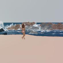 Młoda Kobieta W Stroju Kąpielowym Spacerująca Po Plaży  W Słonecznej Kalifornii