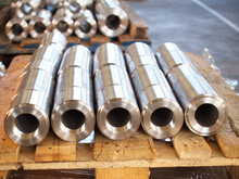 Elementy Toczone Ze Stali Nierdzewnej Jako Półprodukty Na Paletach W Zakładzie Produkcyjnym