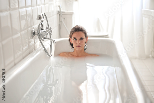 beautiful woman in bath tub filled with milk and water Fototapete