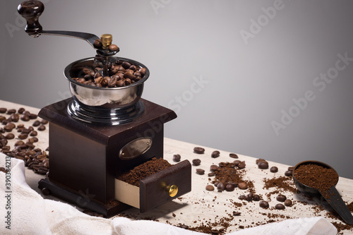 wonderful and reliable old mechanical eco-friendly coffee grinder made of wood Fototapet
