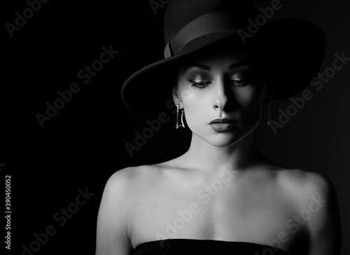 Cuadros en Lienzo Beautiful makeup woman with elegant healthy neck, nude back and shoulder on black background in fashion hat with empty copy space