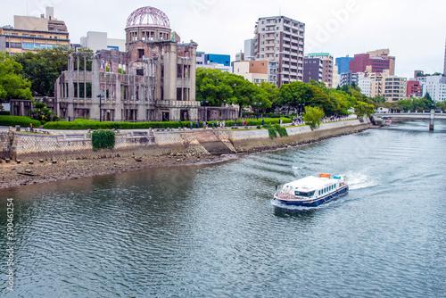 原爆ドームと遊覧船 Fototapet