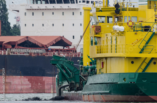 Fotografia HOPPER DREDGER - A specialized vessel works on the fairway in the port