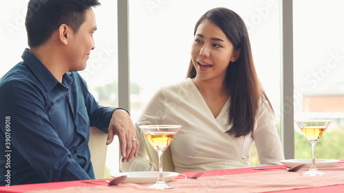 Tela Happy romantic couple eating lunch at restaurant