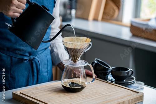 Fotografia Man making coffee in the kitchen. Delicious coffee image.