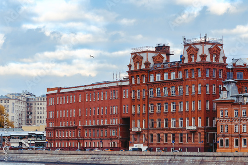 Photo Red vintage building on Moscow river embankment