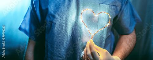 Photo Coronavirus, simbolo del cuore con la mano di un medico per dare speranza alla p