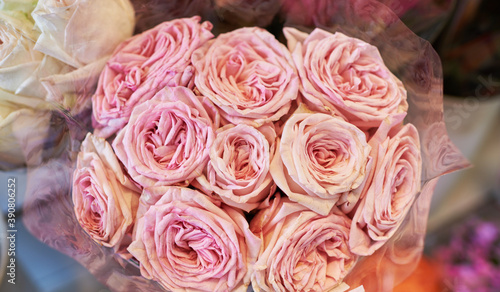 Beautiful bouquets of pink roses in a flower shop. A bright mix of flowers. Handsome fresh bouquets. Flowers delivery. Floral shop. Selective focus. © eskstock