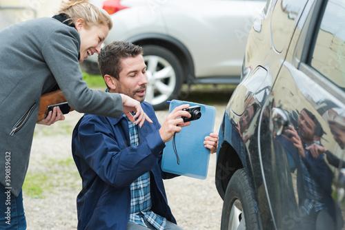 mechanic taking a photo of damage to car Billede på lærred