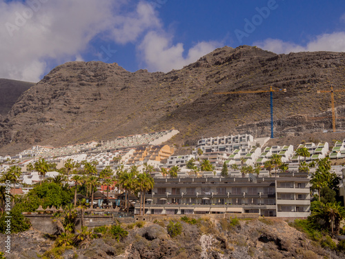 Fotografia Modern houses built into the hillside at Los Gigantes, Teneriffe, Canary Islands