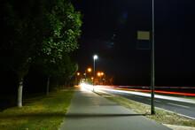 Straße, Nacht, Laterne, Light Ray, Verkehr, Licht, Dunkel, Lichtstreifen, Baum, Transport, Tempo, Stadt, Urban, Schwedt, Uckermark, Deutschland, Anreisen, Europa, Traffic, Reflektion, Farbe, Bunt,