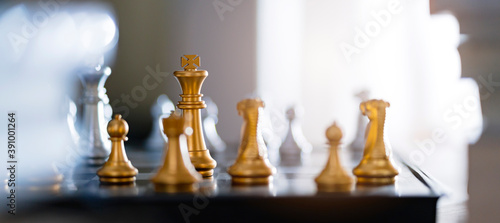 business strategy metaphor chess board game with abstract blur background Fotobehang