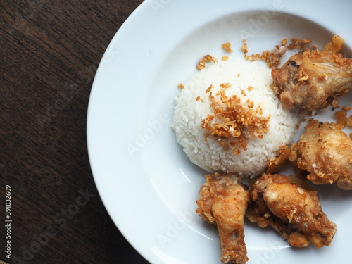 Fotografía Steamed rice with crispy deep-fried chicken wings and garlic