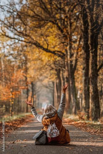 Jesienna aleja, kobieta, radość, szczęście Slika na platnu