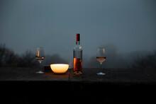Weinflasche Bei Kerzenschein Draussen In Der Nacht