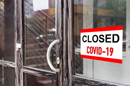 Obraz na plátně Business office or store shop is closed, bankrupt business due to the effect of