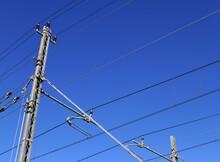 Pali Dell'eletrricità Contro Il Cielo Azzurro